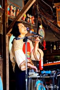 Musique live! Un charisme de fou cette chanteuse!