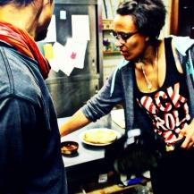 Cet après midi, j'apprenais à Kenji à faire des crêpes à la poêle